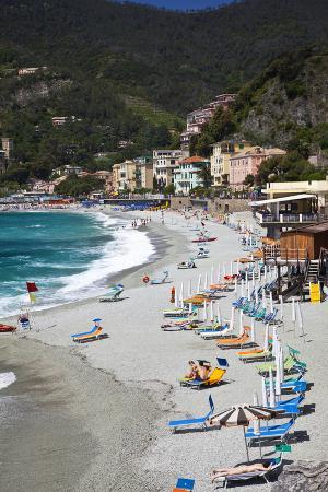 terry-eggers-vacationers-enjoying-the-beach-monterosso-cinque-terre-italy