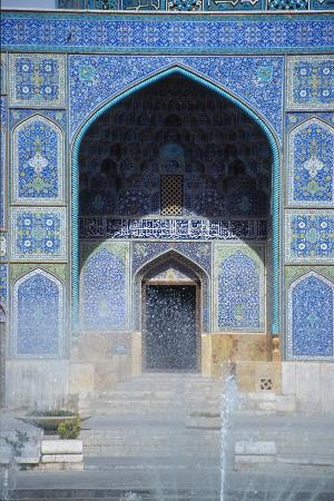 the-entrance-of-the-mosque-of-sheikh-lotfollah-imam-khomeini-square