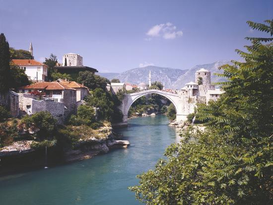 thonig-bosnia-hercegovina-mostar-cityscape-stone-bridge-neretva