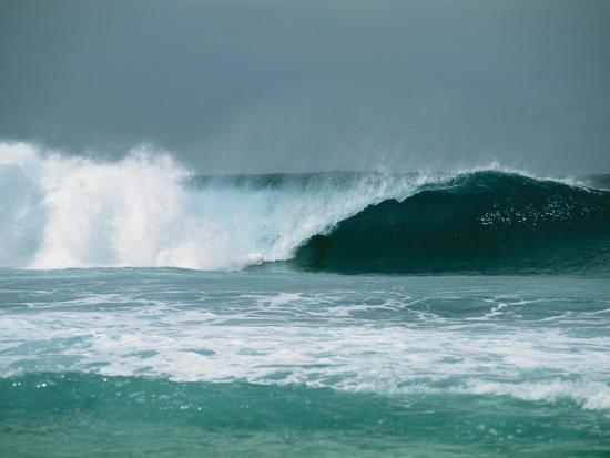 todd-gipstein-giant-rolling-wave-breaking-as-it-approaches-a-south-pacific-beach