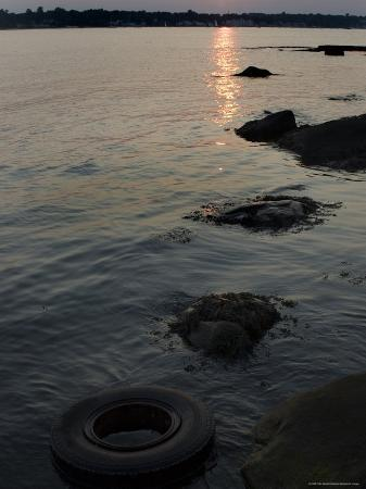 todd-gipstein-sunset-on-the-shore-of-the-thames-river-where-a-tire-has-washed-up-groton-connecticut