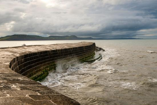 tracey-whitefoot-a-stormy-day-at-the-cobb-in-lyme-regis-in-dorset-england-uk