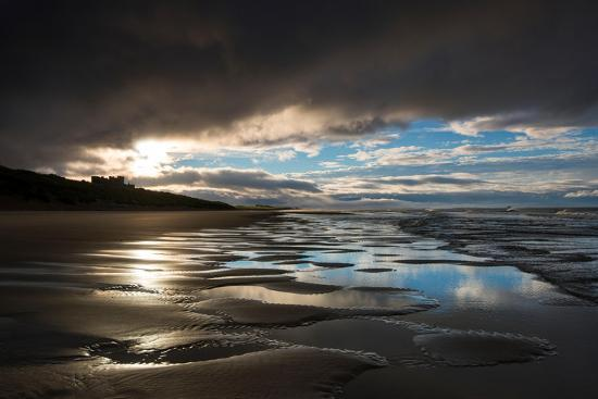 tracey-whitefoot-dramatic-sunset-light-on-the-beach-at-bamburgh-northumberland-england-uk