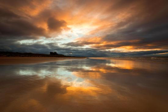 tracey-whitefoot-sunset-on-the-beach-at-bamburgh-northumberland-england-uk