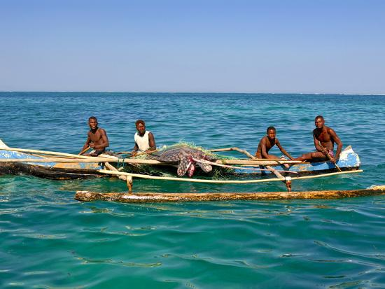 traditional-rowing-boat-in-the-turquoise-water-of-the-indian-ocean-madagascar-africa