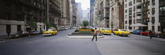 traffic-on-the-road-in-a-city-park-avenue-manhattan-new-york-city-new-york-usa