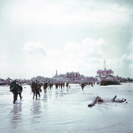 troops-of-the-3rd-canadian-infantry-division-landing-at-juno-beach-near-bernieres-sur-mer-on-d-day