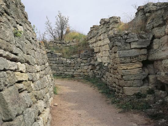 turkey-canakkale-province-troy-archaeological-site-hissarlik-hill-east-gate-of-troy-vi