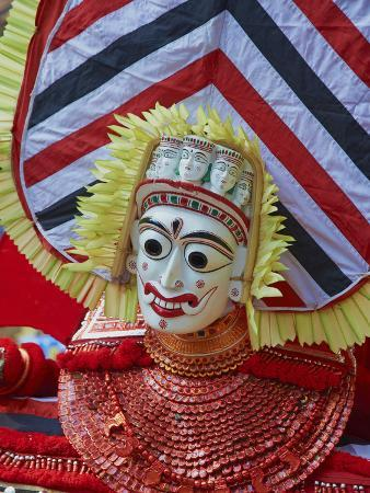 tuul-man-in-costume-representing-a-god-at-the-teyyam-ceremony-near-kannur-kerala-india-asia