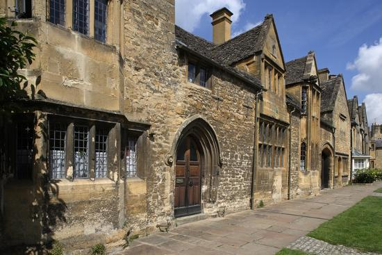 typical-sandstone-houses-chipping-camden-gloucestershire-united-kingdom