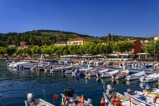 udo-siebig-italy-veneto-lake-garda-garda-harbour-with-lakeside-promenade