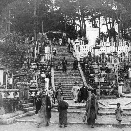 underwood-underwood-a-buddhist-cemetery-near-kurodani-monastery-kyoto-japan-1904