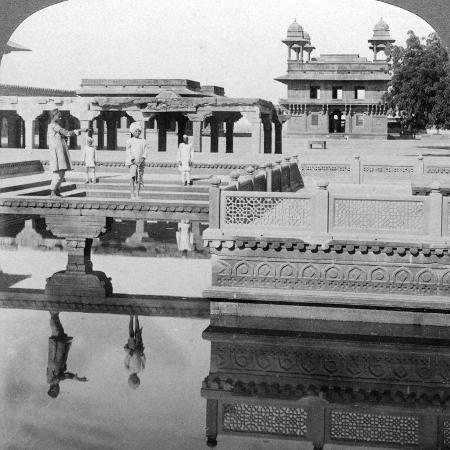 underwood-underwood-court-of-the-mogul-emperor-s-palace-fatehpur-sikri-india-1904