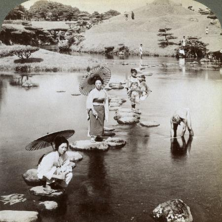 underwood-underwood-women-crossing-the-lake-on-stepping-stones-suizen-ji-garden-kumamoto-japan-1904