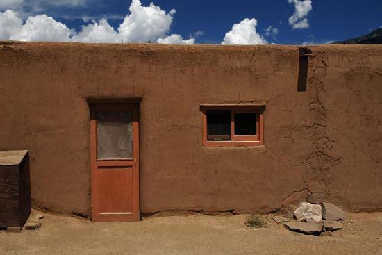 united-states-taos-pueblo-adobe-building