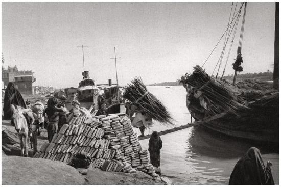 unloading-cargo-from-a-boat-muhaila-baghdad-iraq-1925