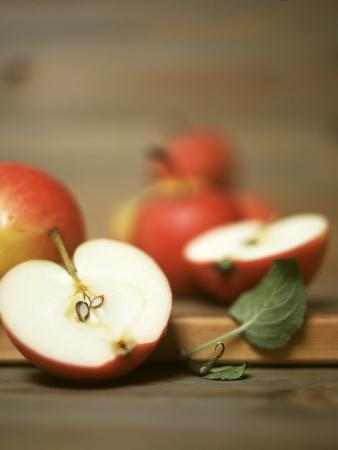 uwe-bender-several-apples-one-halved