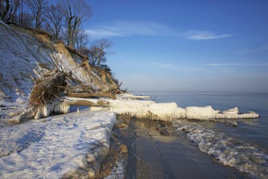 uwe-steffens-iced-up-brodtener-ufer-steep-coast-near-travem-nde-in-the-morning-light