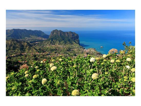 view-from-portela-mountain-pass-towards-porto-da-cruz-and-the-eagle-rock-portugal