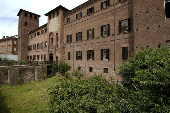 visconti-castle-founded-in-13th-century-now-the-courthouse-vercelli-piedmont-italy
