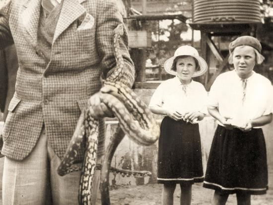 visitors-at-taronga-zoo-sydney-australia-1932