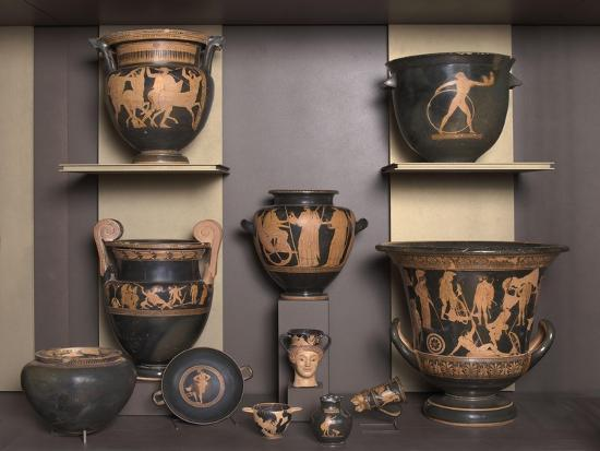vitrine-presentant-differentes-formes-de-vases-grecs