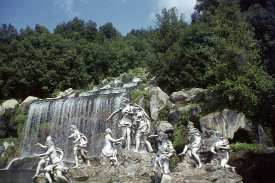 vivienne-sharp-sculpture-by-a-cascade-palace-of-caserta-campania-italy