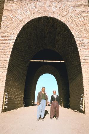 vivienne-sharp-two-workmen-outside-the-mashki-gate-nineveh-iraq-1977