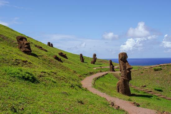 vladimir-krupenkin-statues-on-isla-de-pascua-rapa-nui-easter-island