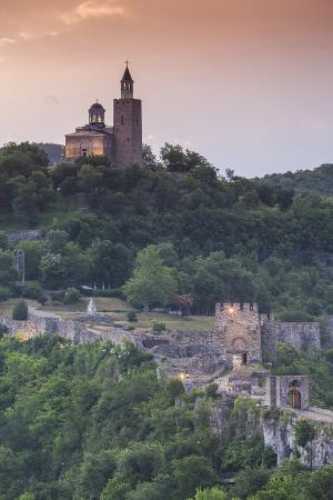walter-bibikow-bulgaria-veliko-tarnovo-asenova-tsarevets-fortress-dawn