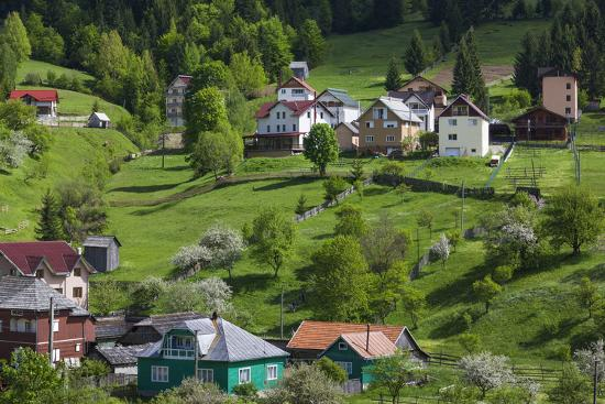 walter-bibikow-romania-maramures-statiunea-borsa-ski-resort-spring-village-view