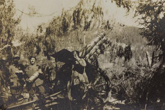 war-campaign-1917-1920-asiago-plateau-in-june-1918-soldiers-photographed-with-a-howitzer