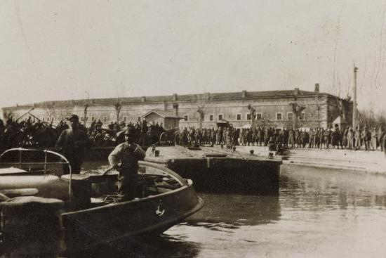 war-campaign-1917-1920-group-of-soldiers-await-the-arrival-of-a-vessel-in-the-harbor