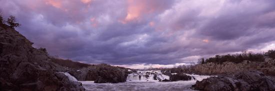 water-falling-into-a-river-great-falls-national-park-potomac-river-washington-dc-virginia-usa