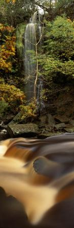 water-falling-on-rocks-mallyan-spout-west-beck-goathland-north-yorkshire-england-uk