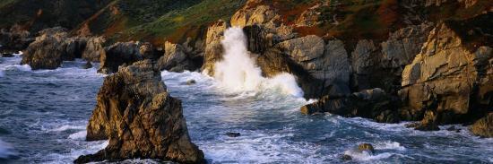 waves-breaking-on-rocks-at-the-coast-garrapata-state-park-big-sur-california-usa