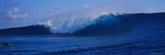 waves-breaking-on-the-coast-tahiti-french-polynesia