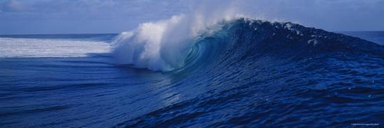 waves-breaking-on-the-coast-tahiti-french-polynesia