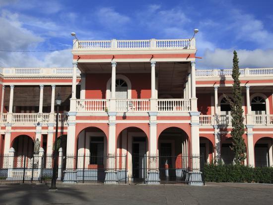 wendy-connett-palacio-episcopal-bishop-s-palace-parque-colon-central-park-granada-nicaragua