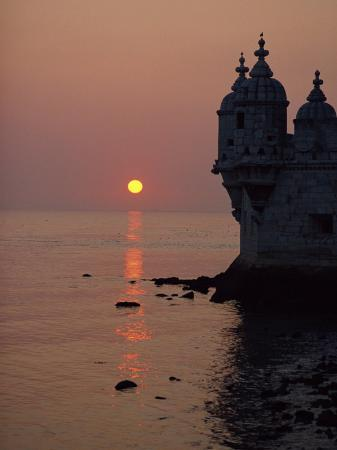 westwater-nedra-turrets-of-the-16th-century-belem-tower-silhouetted-in-the-sunset-in-lisbon-portugal-europe