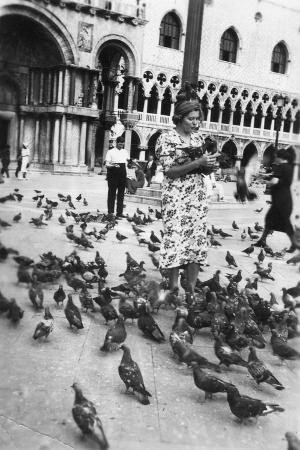 woman-surrounded-by-pigeons-st-mark-s-square-venice-italy-1938