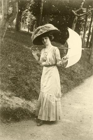 woman-with-big-hat-parasol
