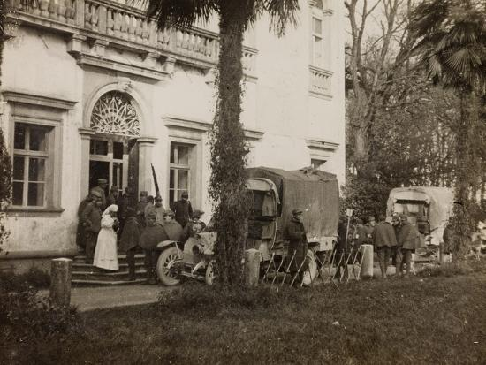 wwi-visit-of-the-count-guerrini-a-villa-brazza-home-to-17-of-the-hospital-of-war