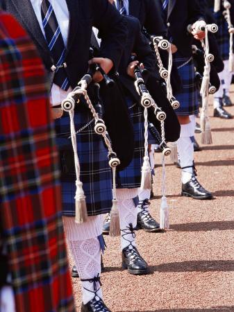 yadid-levy-bagpipe-players-with-traditional-scottish-uniform-glasgow-scotland-united-kingdom-europe