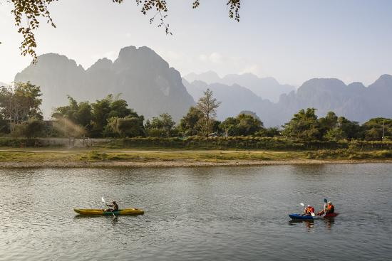 yadid-levy-people-kayaking-on-the-nam-song-river-vang-vieng-laos-indochina-southeast-asia-asia
