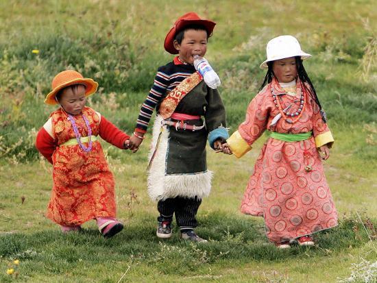young-tibetan-children-walk-hand-in-hand-near-qinghai-lake