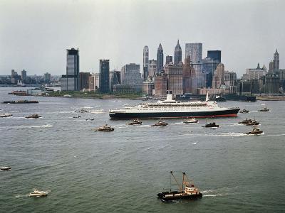 Queen Elizabeth 2 Sailing out of New York Harbor-Maurel-Photographic Print