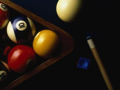 https://imgc.artprintimages.com/img/print/rack-of-pool-balls-with-chalk-and-cue_u-l-pxysf10.jpg?p=0