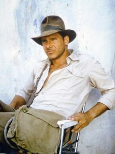 RAIDERS OF THE LOST ARK, 1981 On the set, Harrison Ford (photo)