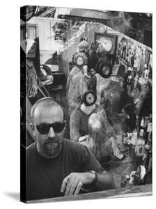 """Californian Sculptor Edward Kienholz and His """"Beanery"""" by Ralph Crane"""